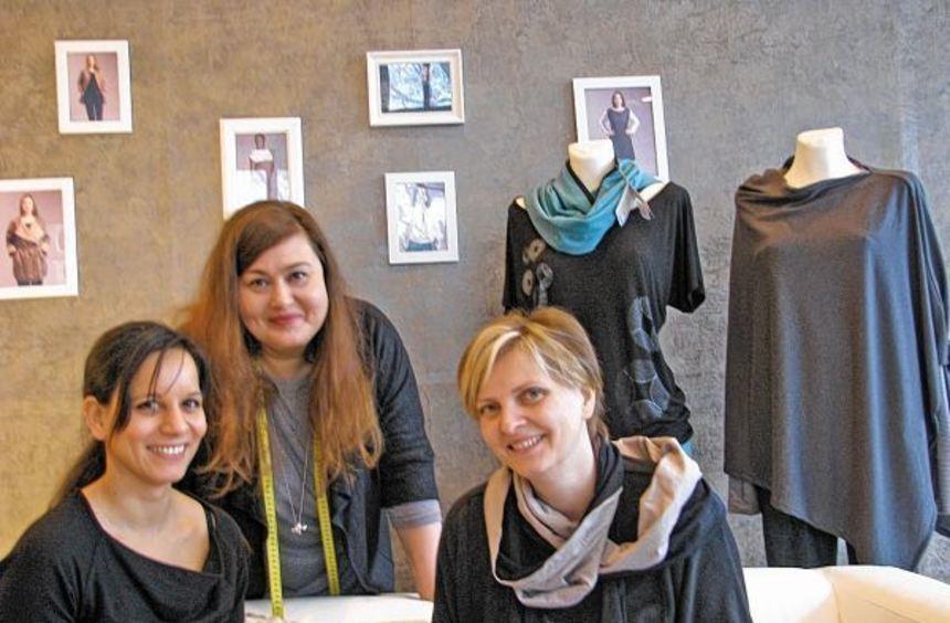 Auf dem Sofa von links: die Soome-Designerinnen Jessica Padmanabhan, Christiane Illius und Helga ...