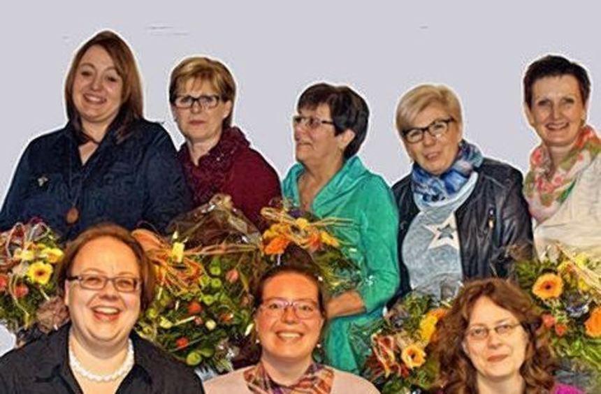 Mit Blumen beschenkt: der alte und der neue Vorstand.