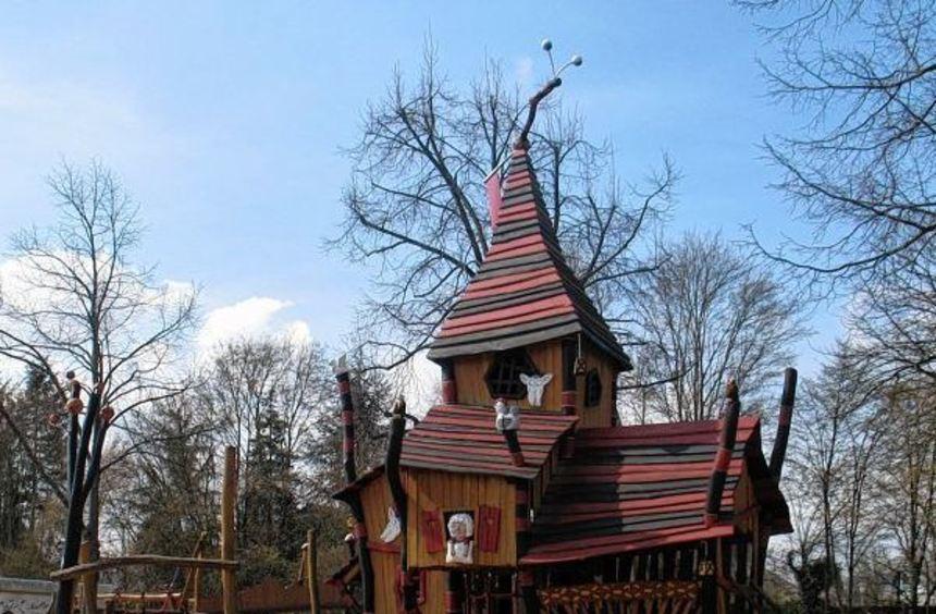 Der Märchenspielplatz auf dem Hof der Brüder-Grimm-Schule (r.), der Spielplatz Am Bogen/Ecke ...