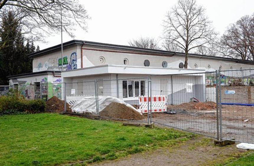 """In Eigenregie baut der Verein """"Am 48er"""" neben den Bunkern eine Toilette mit Umkleide sowie einen ..."""