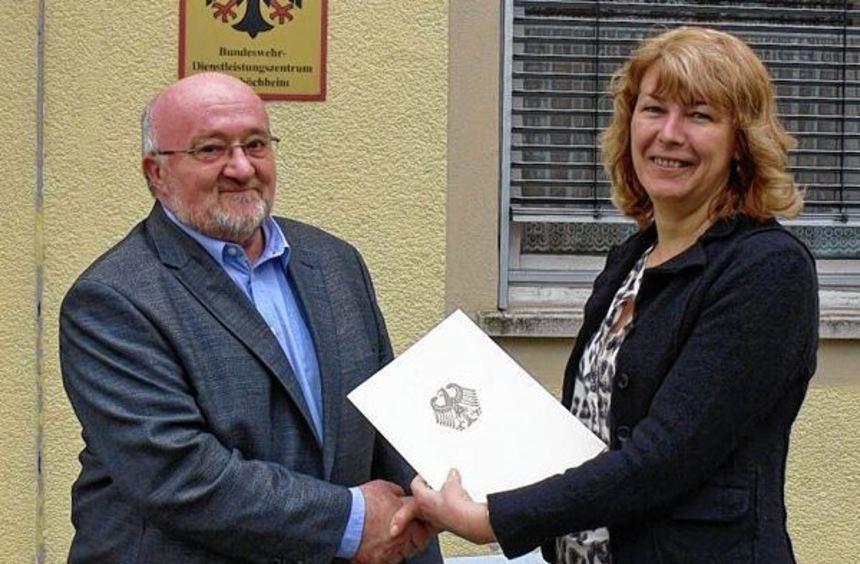 Regierungsamtsrat Berthold Schmitt wurde von Regierungsoberamtsrätin Dagmar Günther in den ...