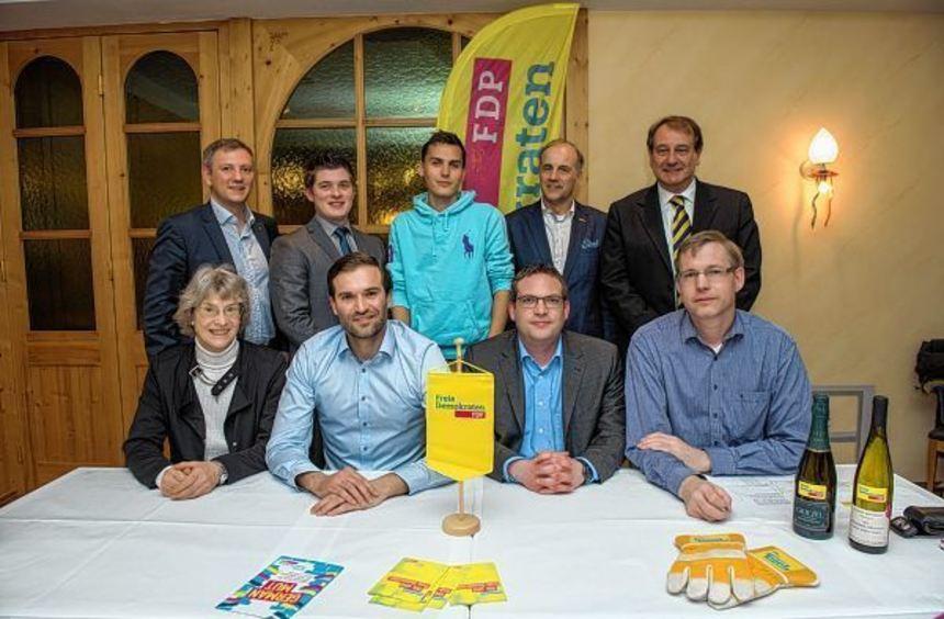 Wahlen und Ehrungen standen bei der FDP an. Unser Bild zeigt (sitzend, v.l.): Europabeauftragte ...