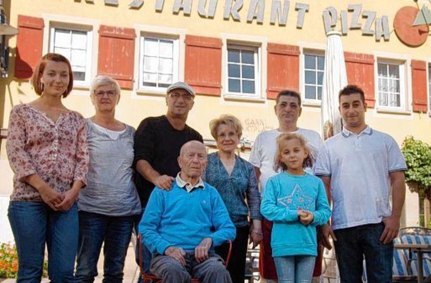 Ein Beispiel für gelungene Integration: Die Niederstettener Gastwirtsfamilie Rizza vor ihrer ...