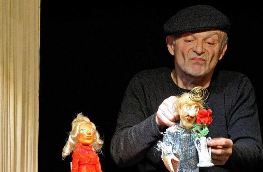 Puppenspieler Manfred Künster hält sich geschickt im Verborgenen.
