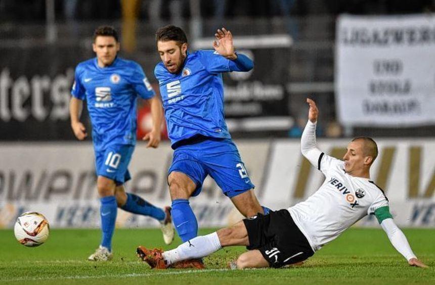 Muss am Sonntag pausieren: Stefan Kulovits (rechts) handelte sich im letzten Ligaspiel gegen den FC ...