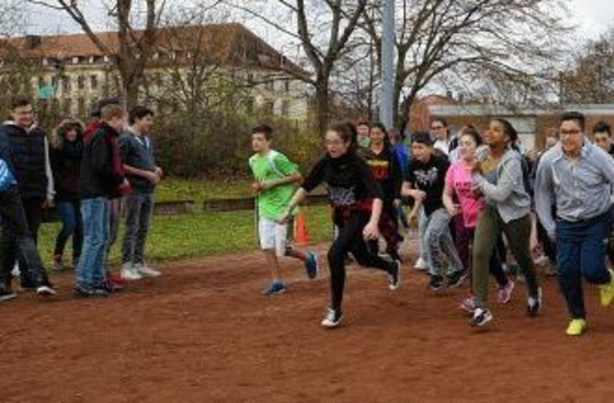 22 Klassen der Seckenheimschule laufen fleißig auf der Bezirkssportanlage. Pro absolvierter Runde ...