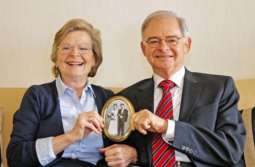 Annemarie und Peter Förster präsentieren glücklich ihr vor 50 Jahren selbst gemachtes ...