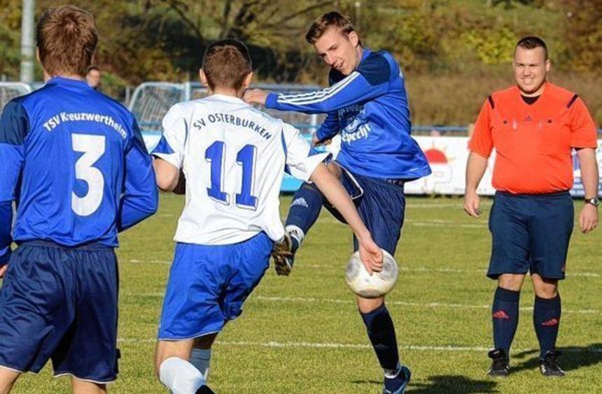 Für den TSV Kreuzwertheim - hier am Ball Elard Walter - wird es in der Landesliga Odenwald langsam ...