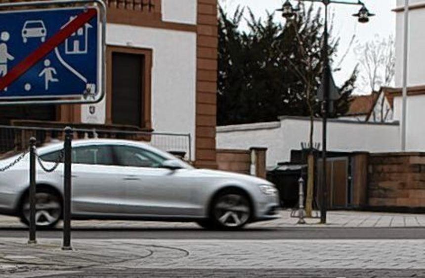 Das lockere Straßen- und Gehwegpflaster in der Kaiserstraße wird seit gestern repariert.