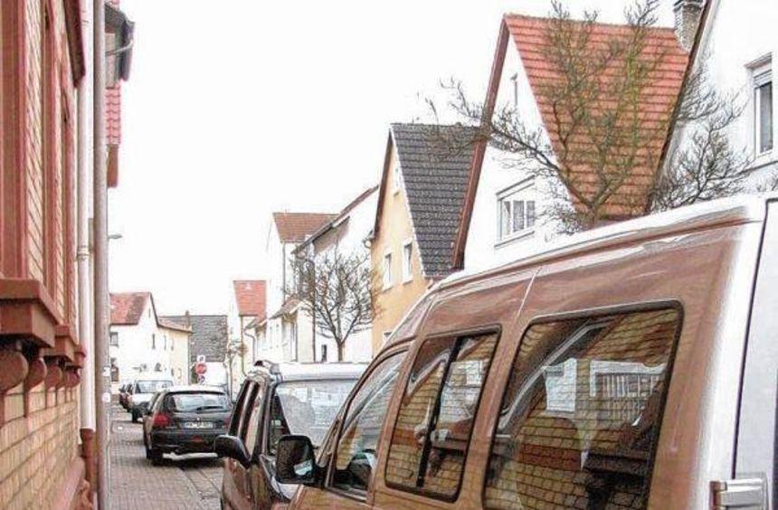 Die Kreisverkehrswacht fordert die Städte dazu auf, Gehwegparken - wie hier im Bild - nicht zu ...