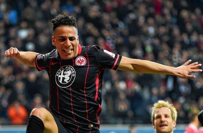 Eintracht-Angreifer Änis Ben-Hatira freut sich auf das Topspiel in München, rechts Stefan Aigner.