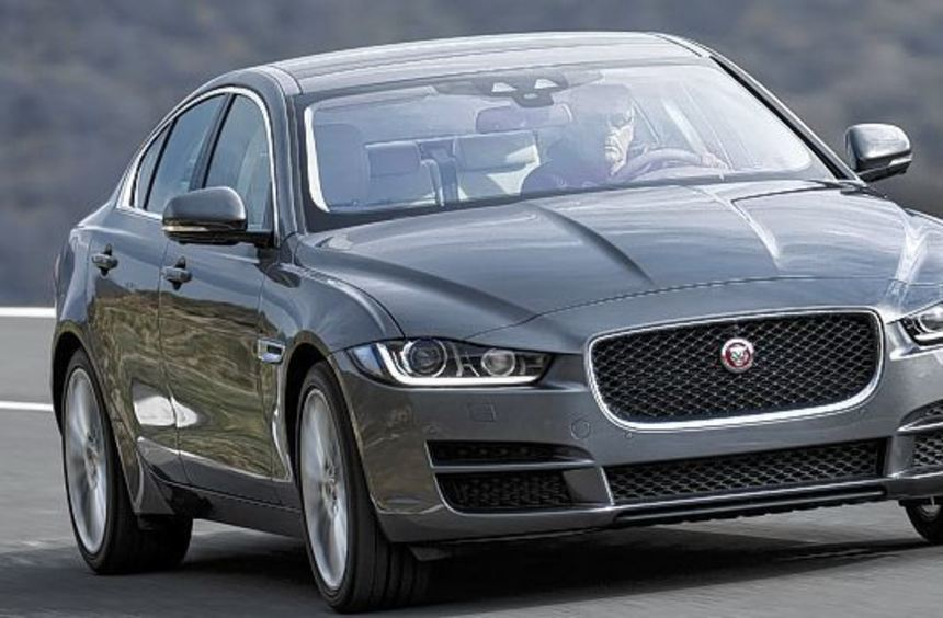 Wie eine Raubkatze, die sich anschleicht: Der neue Jaguar XE ist optisch sehr gelungen.