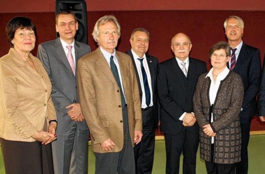 In der Fachklinik Schwaben in Bad Mergentheim wurde Dr. Peter Neumann (Vierter von rechts) ...