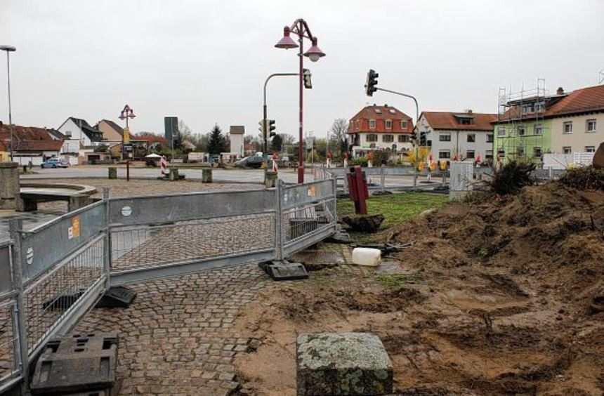Hier soll der neue Kreiselverkehrsplatz entstehen, der durch eine Grünfläche in der Mitte optisch ...