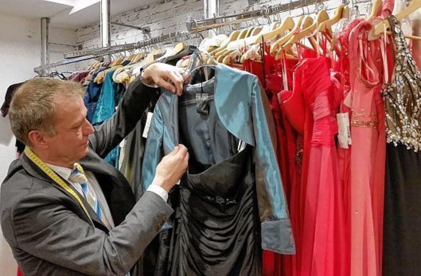 Mit einem Damen-Revers wirkt der Bolero noch pfiffiger. Jürgen Berlinghoff passt die Kleider der ...