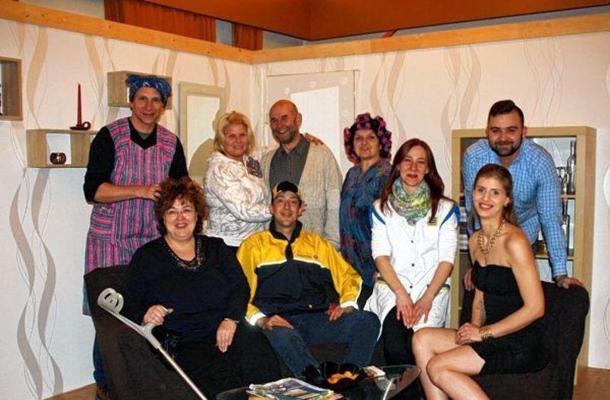 Die Theatergruppe, besetzt mit bewährten Stammspielern und neuen Gesichtern: Dirk Hollenbach, Petra ...