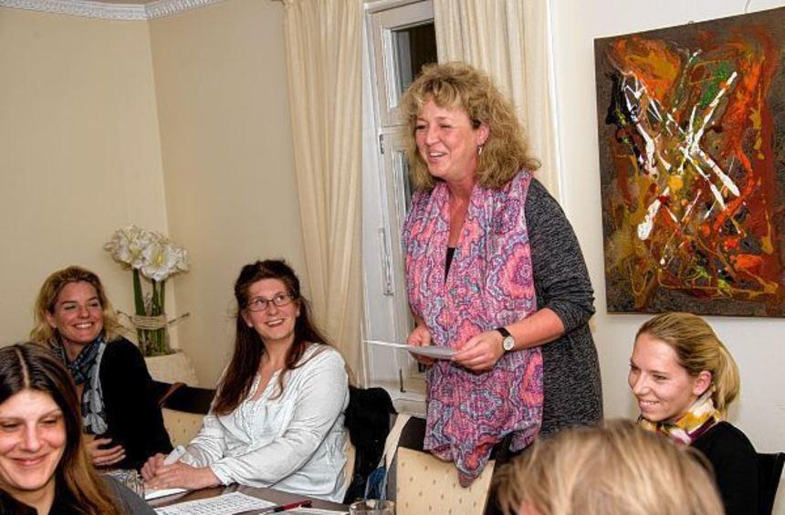 Birgit Tschierschwitz (stehend) wurde als Vorsitzende des Lorscher Mütter- und Familienzentrums ...