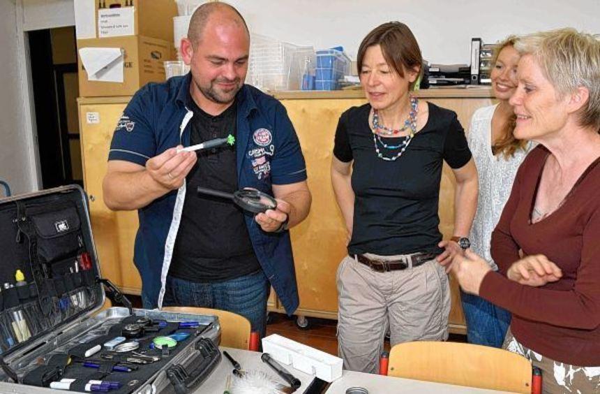 Alexander Schrumpf erklärt den Mitarbeiterinnen des Jungen Museums Catherine Biasini (v.l.), Sarah ...