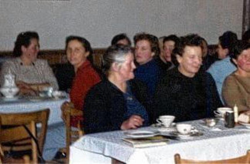 Mitglieder der kfd Bretzingen bei einer Zusammenkunft in den 1950er Jahren im Saal des Gasthauses ...