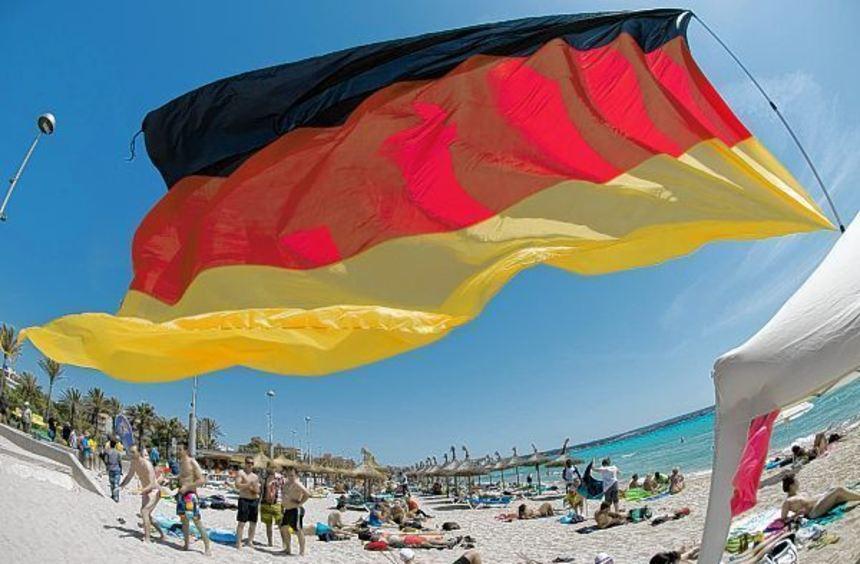 Am Urlaubsstrand herrscht unter deutscher Fahne die große Freiheit. Daheim regiert dagegen immer ...