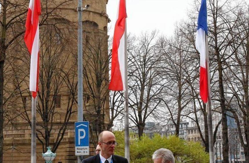 Aussteller Jürgen Ritter (links) und Kardiologe Lars Vailleue gestern vor dem Rosengarten. Neben ...