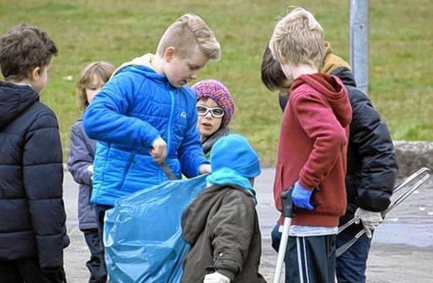 Kinder der TV-Turngruppen aus Königshofen sammelten in einer Picobello-Aktion Müll rund um ...