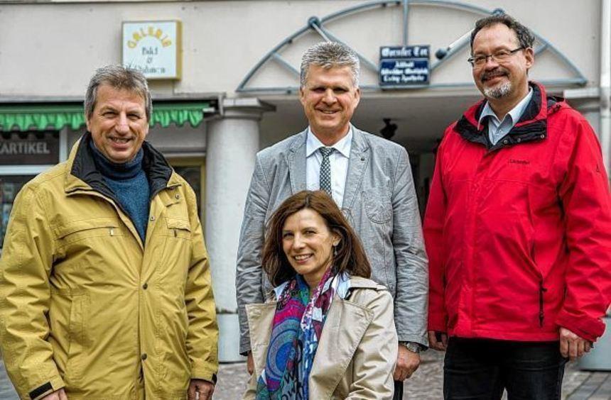 Wollen koalieren: Gerhard Herbert (links) und Jean Bernd Neumann (rechts) von der SPD mit Susanne ...