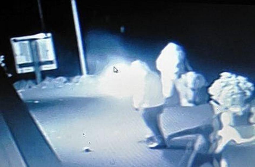 Das Überwachungsvideo zeigt Unbekannte beim Anschlag.