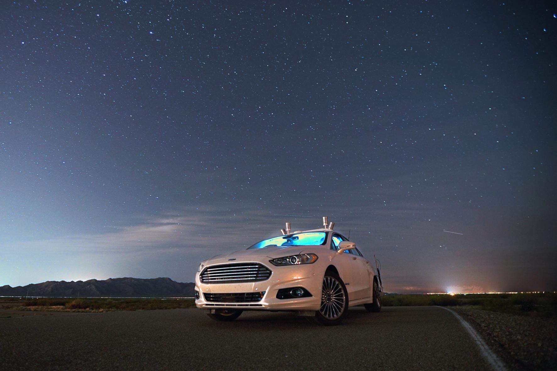 mid Groß-Gerau - Dieser autonom fahrende Ford Fusion findet dank einer Umfelderfassung mit Laserstrahlen auch bei Nacht und ohne Licht seinen Weg.