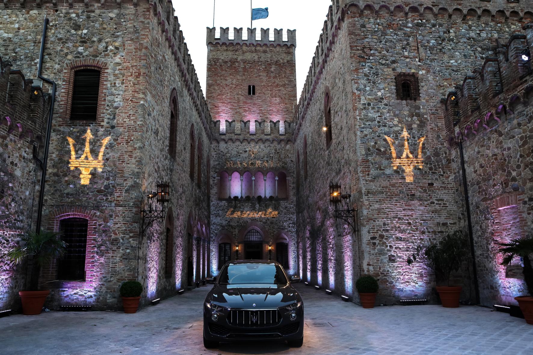 mid Parma - Standesgemäß: Im Tabiano Castella macht das Luxus-SUV der italienischen Sportwagen-Marke Maserati eine gute Figur.