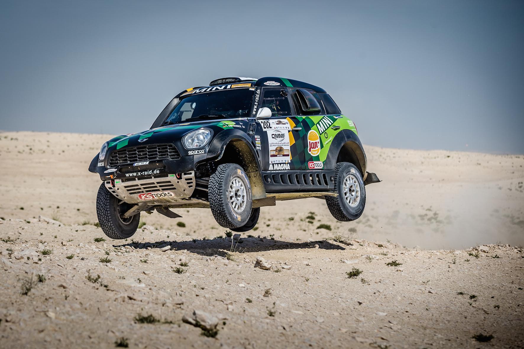 mid Groß-Gerau - Der Saudi Yazeed Al-Rajhi fliegt bei der Rallye in Katar in seinem Mini förmlich auf den zweiten Platz.