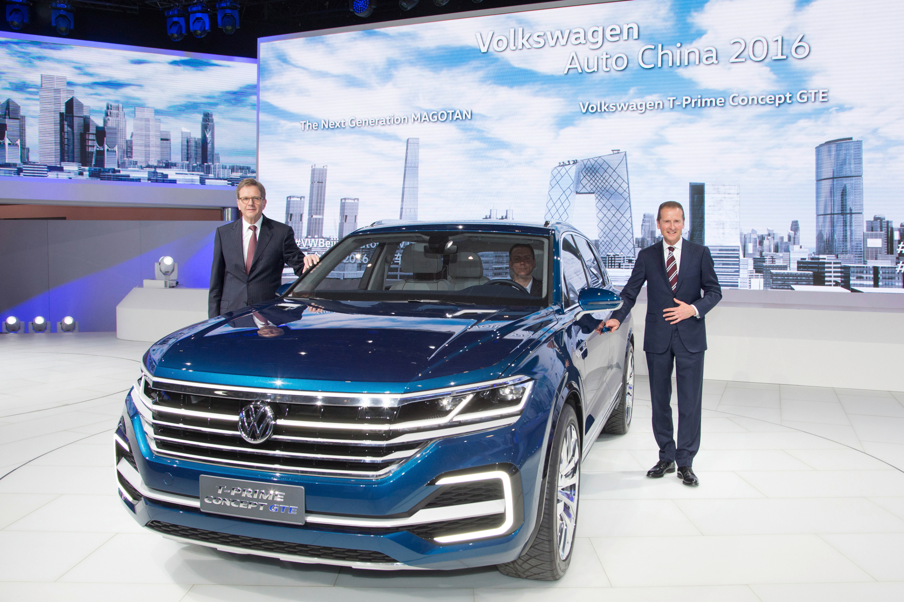 mid Peking - Dr. Herbert Diess (rechts), Vorstandsvorsitzender der Marke Volkswagen und Prof. Dr. Jochem Heizmann, Mitglied des Vorstands der Volkswagen AG für den Geschäftsbereich China, präsentieren den neuen T-Prime Concept GTE.