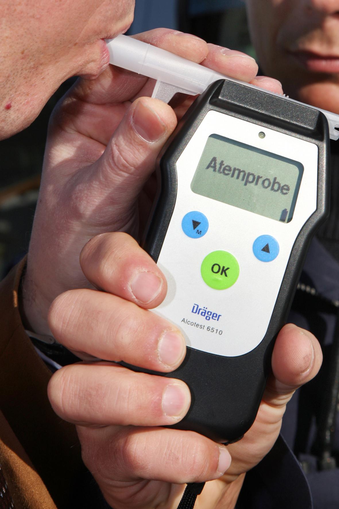 mid Groß-Gerau - Die Stunde der Wahrheit: Die Alkohol-Messgeräte der Polizei sind meist sehr genau. Auf billige Geräte zum Promille-Selbsttest sollten sich Autofahrer dagegen nicht verlassen.
