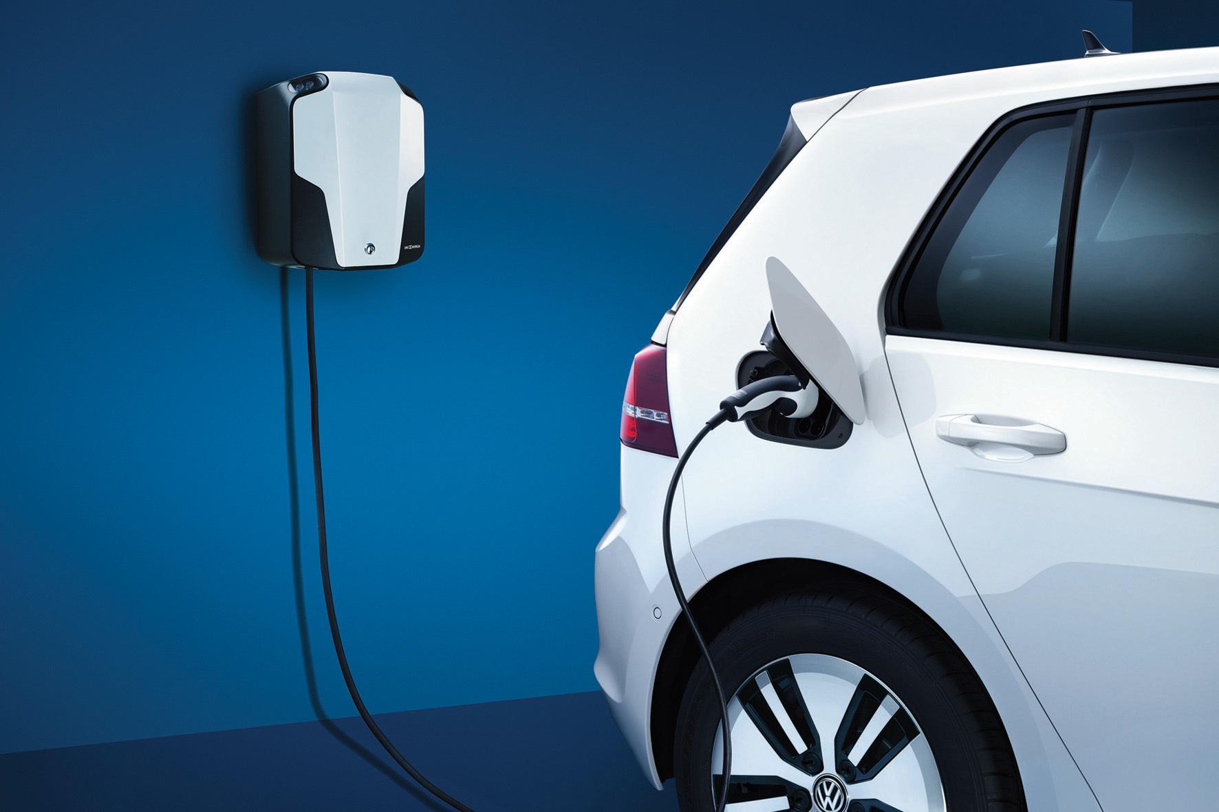 mid Groß-Gerau - VW unter Strom: Die Wolfsburger wollen in den kommenden Jahren zusätzlich zur bisherigen Strategie noch drei weitere Elektroautos auf den Markt bringen.