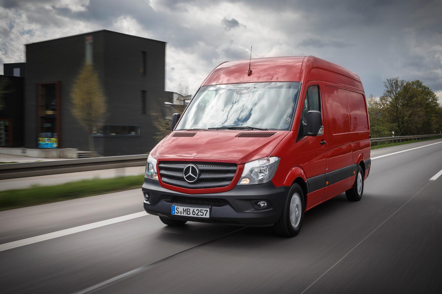 mid Stuttgart - Daimler frischt sein Multi-Talent Sprinter auf. Neu sind unter anderem der Einstiegs-Diesel mit jetzt 114 statt 95 PS und eine Schwerlast-Variante.