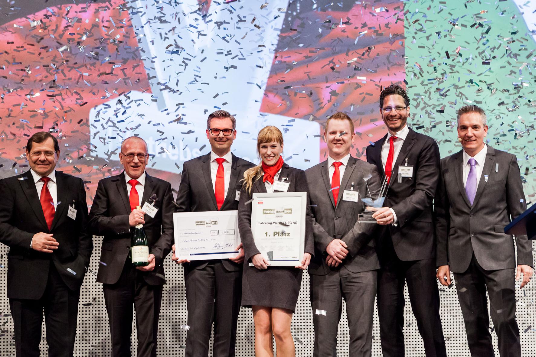 """mid Groß-Gerau - Gruppenbild mit Dame: die """"Siegerehrung"""" beim Vertriebs Award 2016 des """"kfz-betrieb""""."""