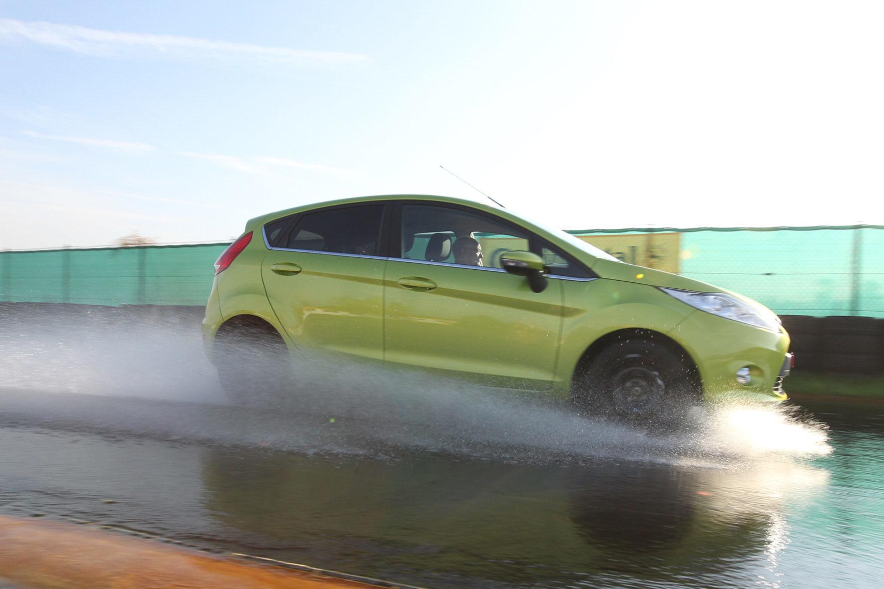 mid Groß-Gerau - Verliert ein Auto bei nasser Fahrbahn den Kontakt zur Straße, sind abrupte Lenk- und Bremsmanöver tabu.
