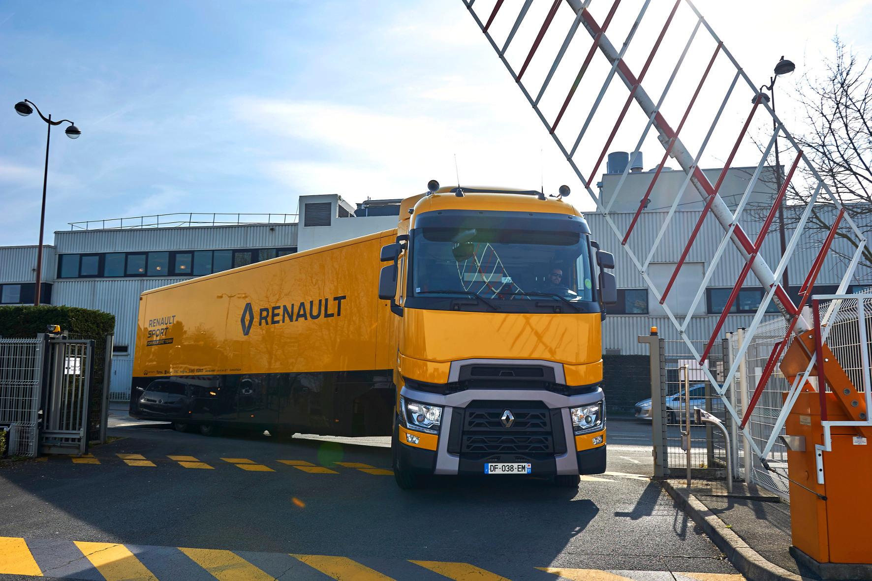 mid Groß-Gerau - Auf dem Weg nach Barcelona: Dieser gelbe Truck transportiert die kostbaren Formel-1-Boliden des Renault-Teams zum Europa-Auftakt nach Spanien.