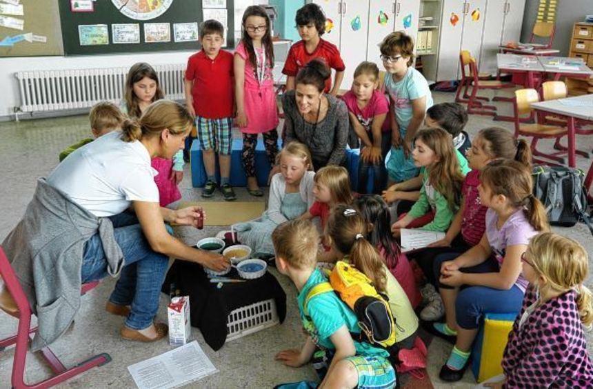 Da schauen die Schüler und auch Rektorin Christiane Harz neugierig zu: Lehrerin Anthea Greiner ...