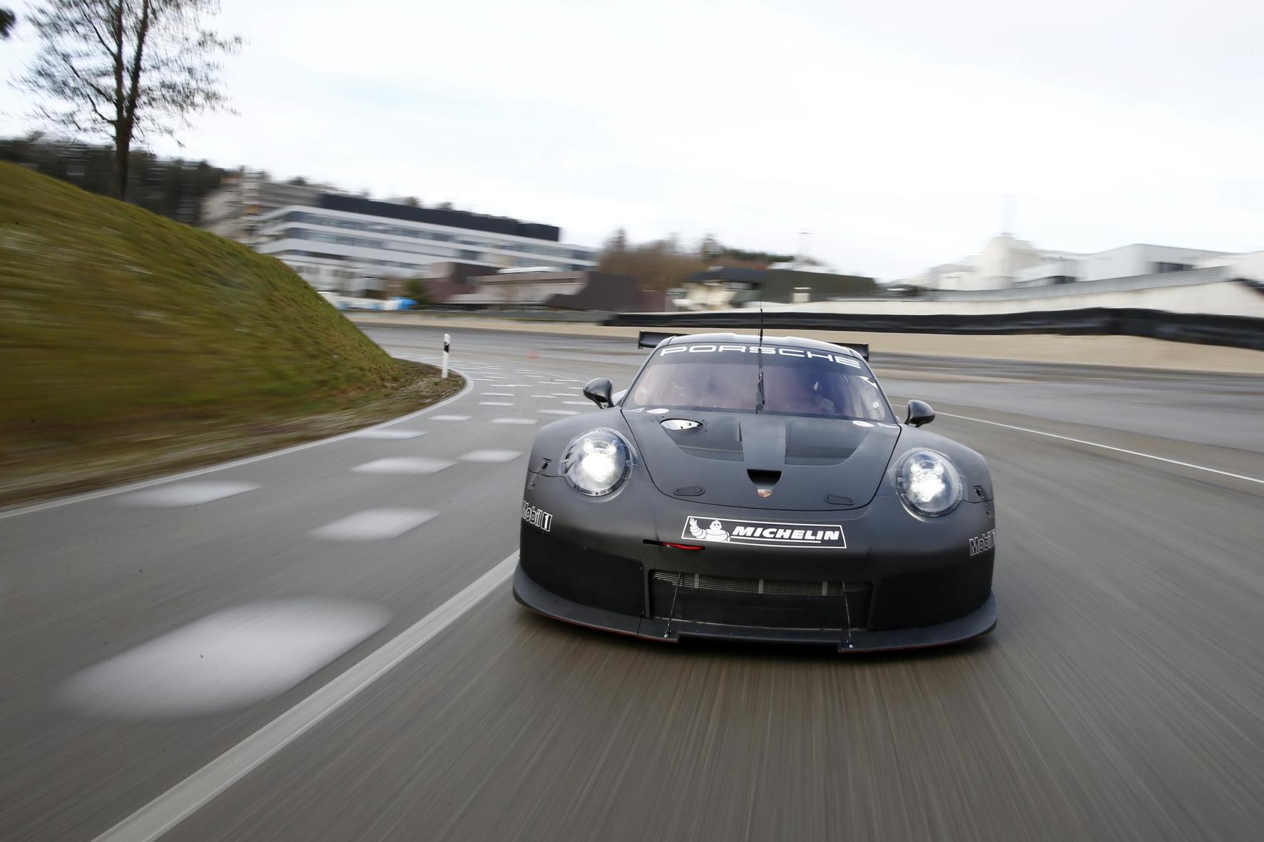 """mid Groß-Gerau - Porsches neu entwickelter GT-Rennwagen beim """"Rollout"""" auf der Testrecke im heimischen Weissach."""