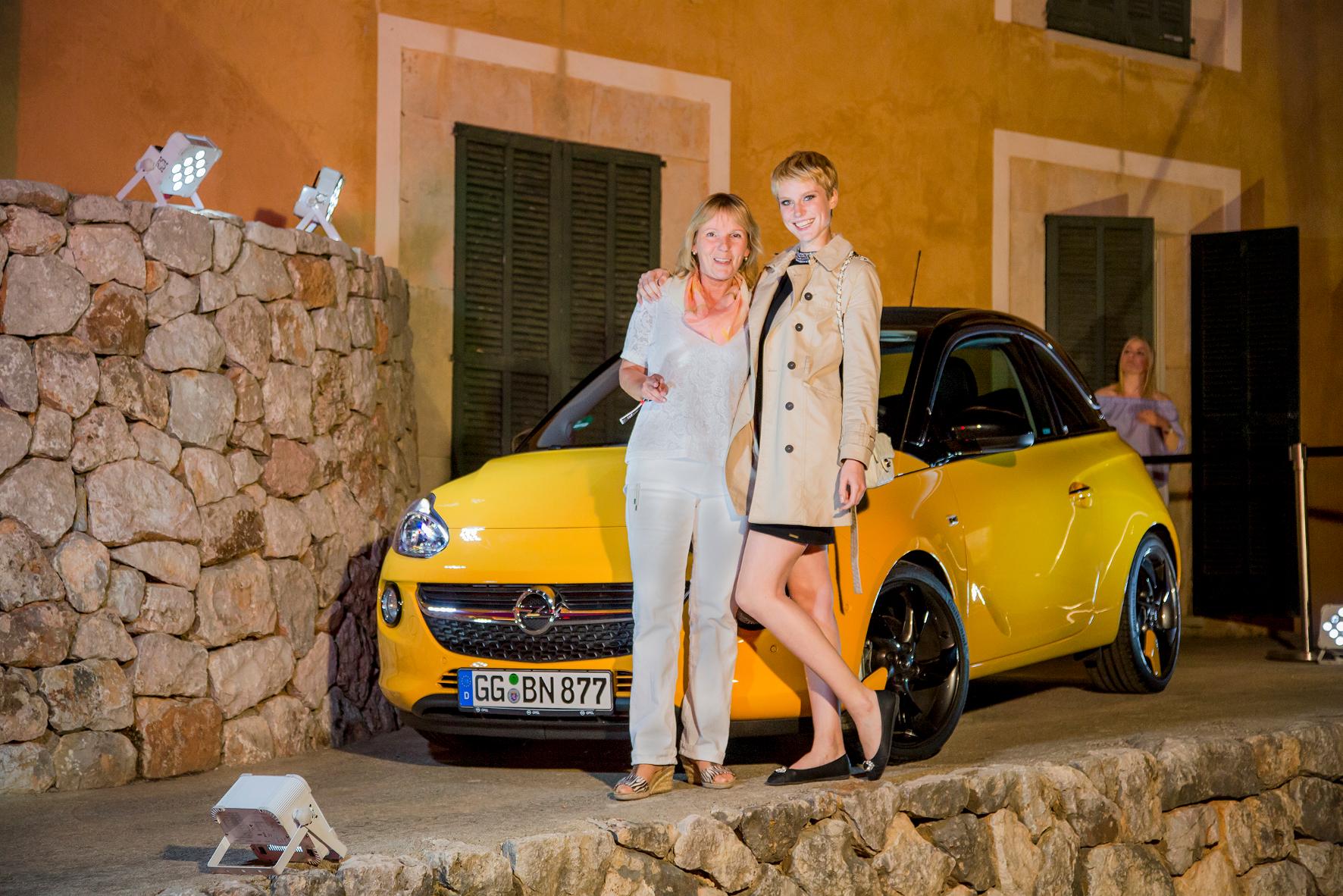 """mid Palma de Mallorca - Ladies first: mid-Chefin Jutta Bernhard (links) gratuliert der hübschen Kim zum Sieg bei der elften Staffel von """"Germany's next Topmodel""""."""