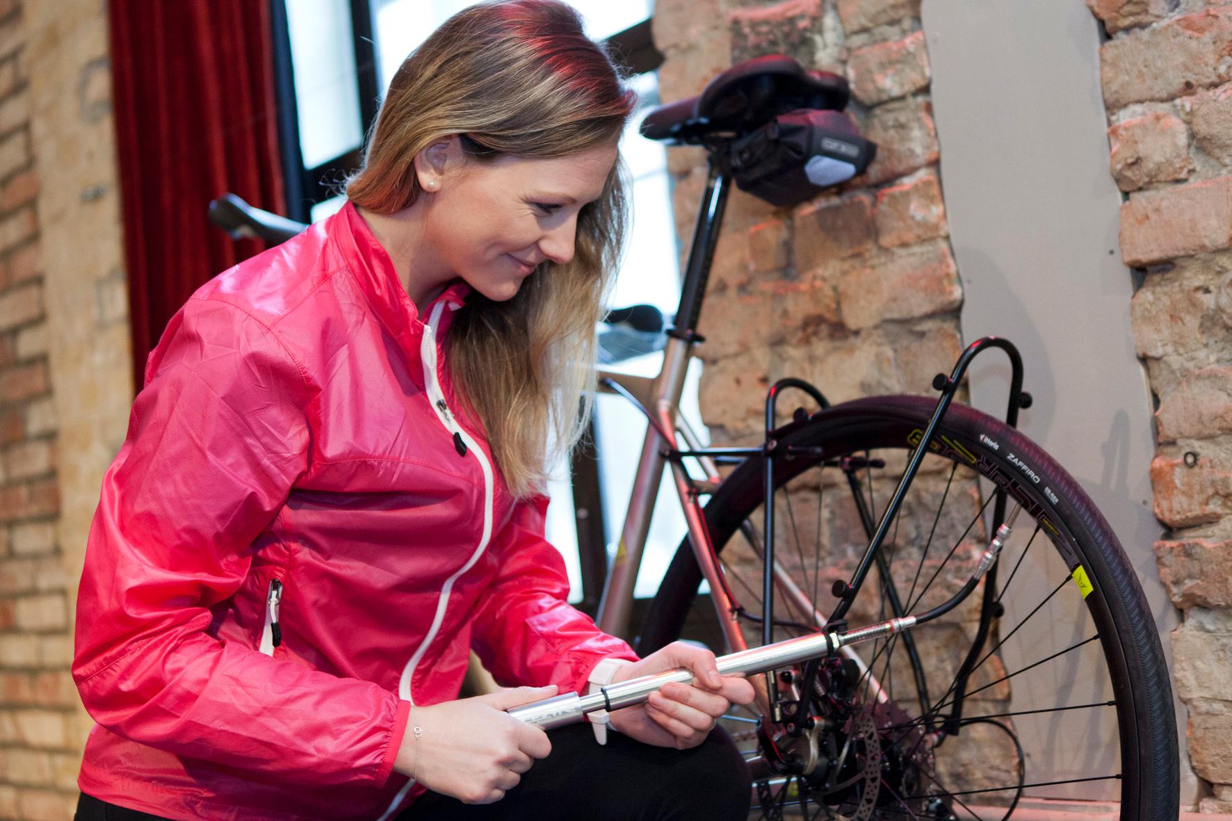 mid Groß-Gerau - Die Luftpumpe immer griffbereit: Erst mit dem richtigen Luftdruck wird die Rad-Tour zum Vergnügen.