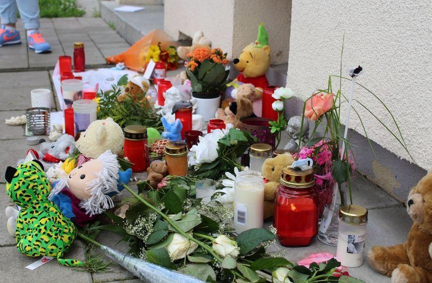 ...und haben Kuscheltiere, Kerzen und Briefe vor dem Mehrfamilienhaus niedergelegt.