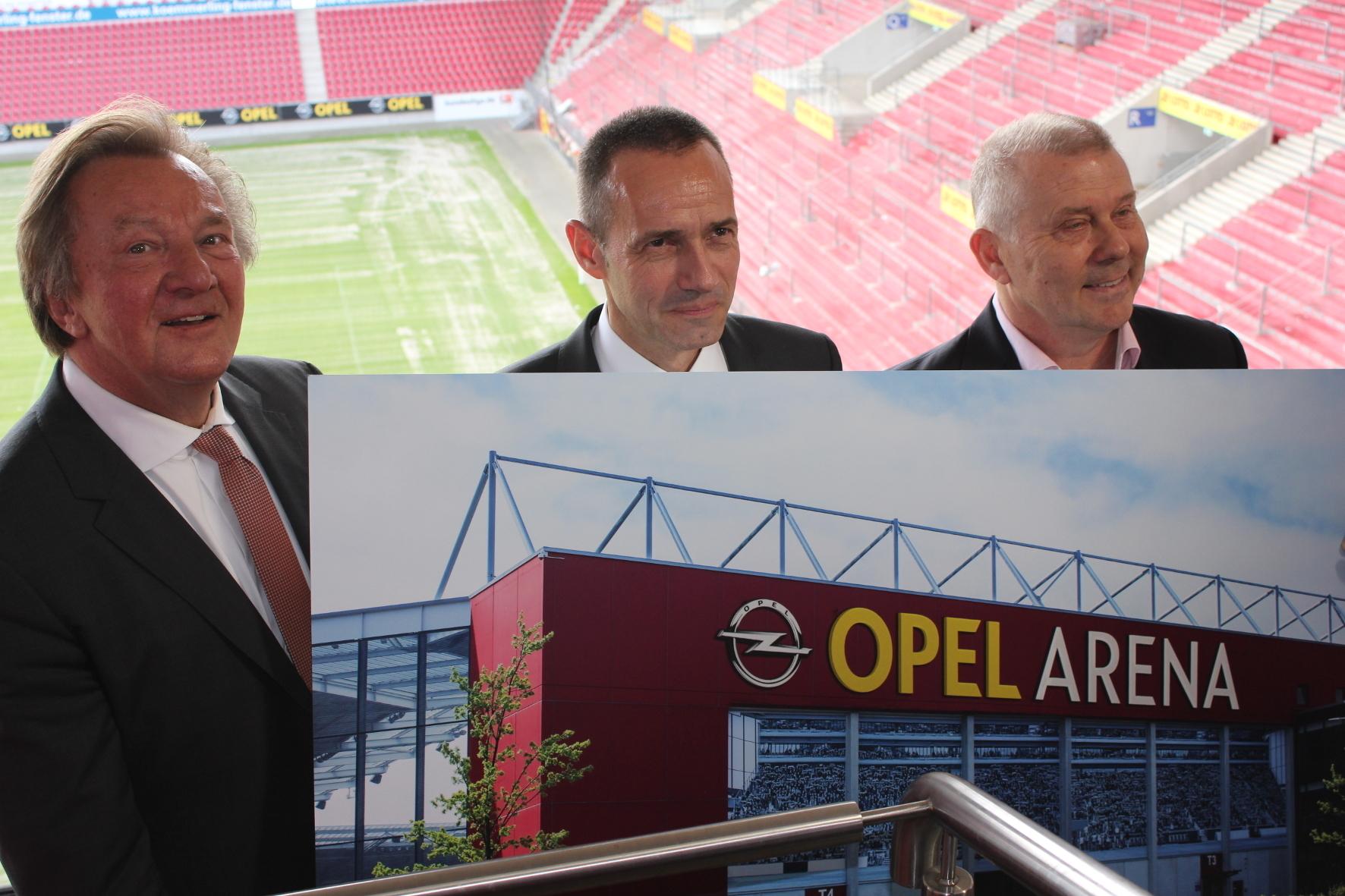 wid Groß-Gerau - FSV-Präsident Harald Strutz, Opels Exekutiv Direktor Verkauf, Marketing und Aftersales Jürgen Keller und Dag Heydecker, Geschäftsführer Marketing und Vertrieb von Mainz 05 präsentieren das neue Erscheinungsbild des Mainzer Stadions.
