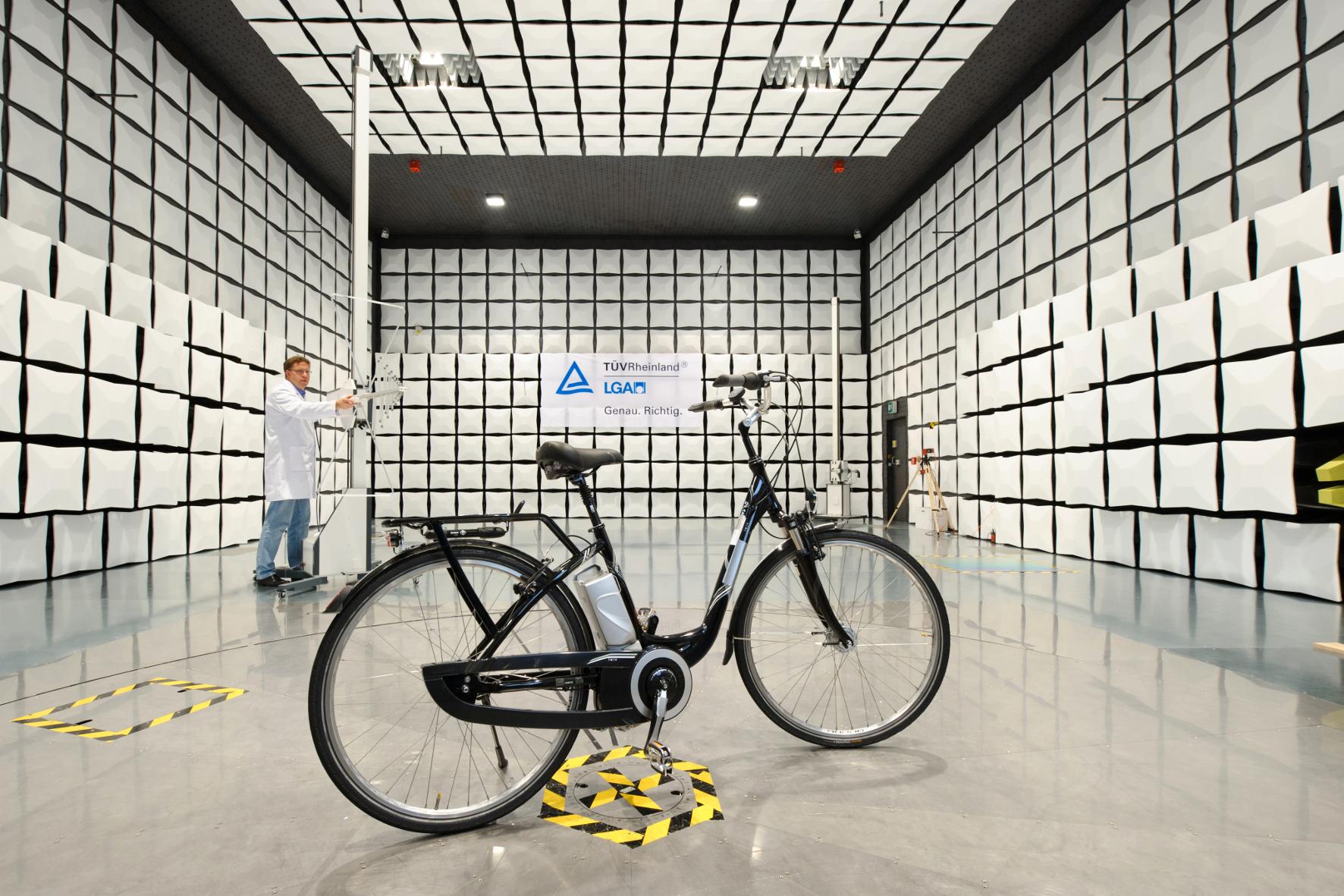 """mid Groß-Gerau - Ein Elektro-Fahrrad mit """"TÜV-Siegel"""" beweist, dass das Rad auf sichere Mechanik und Elektrik sowie auf Giftstoffe im Material geprüft wurde."""