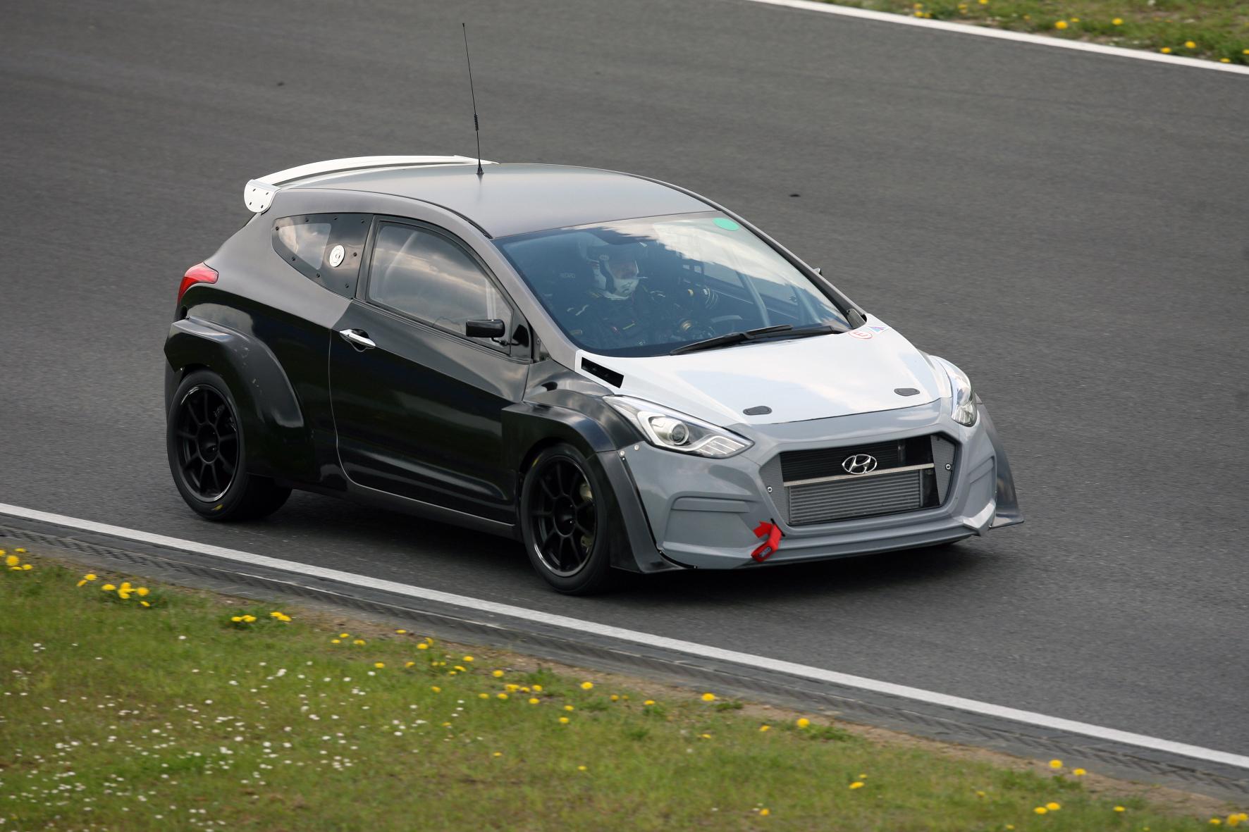 mid Groß-Gerau - Probefahrt gefällig? Autobauer Hyundai nutzt das berühmte 24-Stunden-Rennen auf dem Nürburgring auch zum Härtetest für den neuen Motor des i30 2.0 Turbo (Foto).