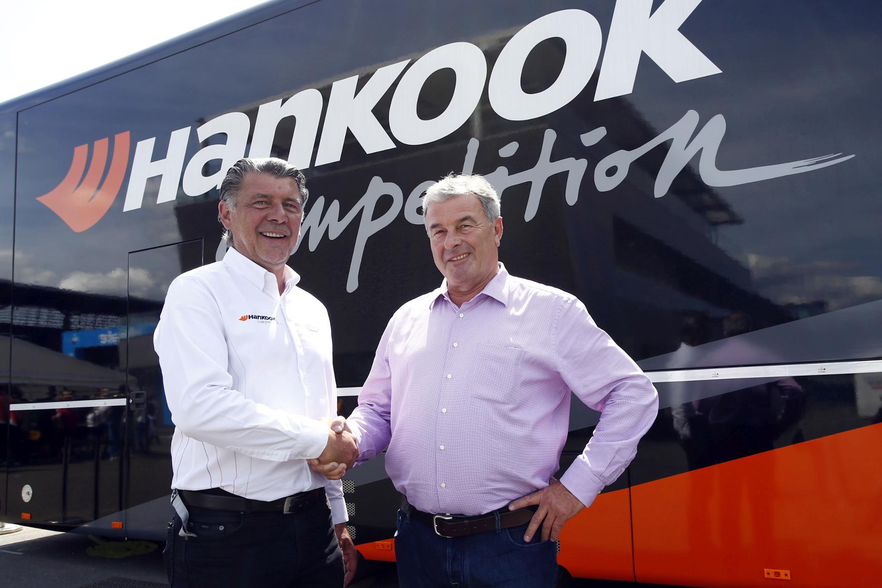 mid Groß-Gerau - Hankooks Motorsport-Direktor Manfred Sandbichler (links) und Formel-3-Vermarkter Walter Mertes freuen sich über die Verlängerung der Partnerschaft über weitere drei Jahre.
