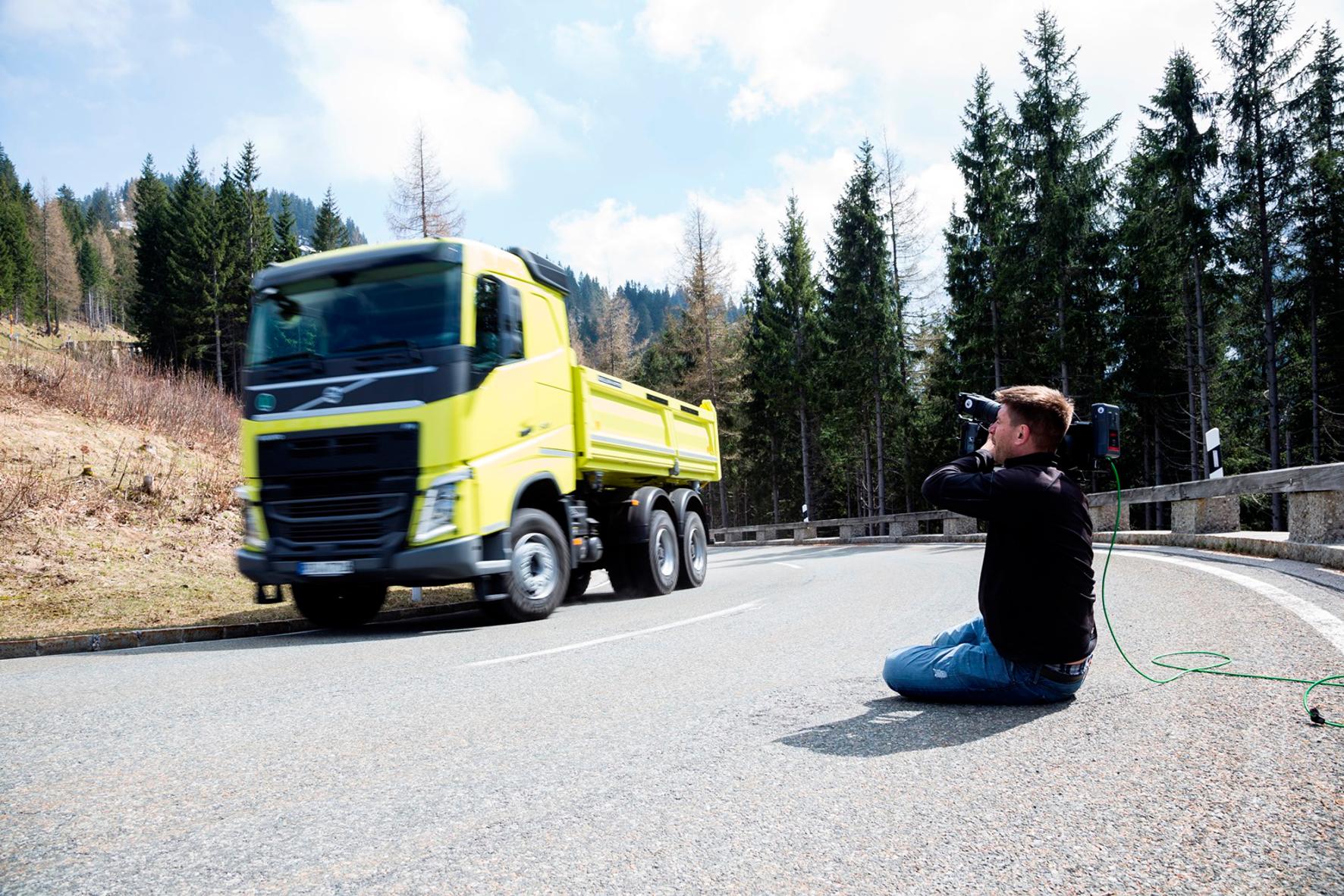 """mid Groß-Gerau - Vorsicht Kamera: Der """"Heimatfilm"""" mit einem Volvo Truck in der Hauptrolle, ist ein Erfolg im Netz."""