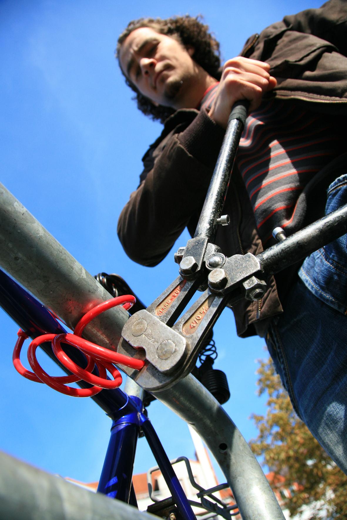 mid Groß-Gerau - Den Langfingern das Leben schwer machen: Ein stabiles Panzerkabel- oder Faltschloss sollte zur Grundausstattung jeden Fahrrads gehören.