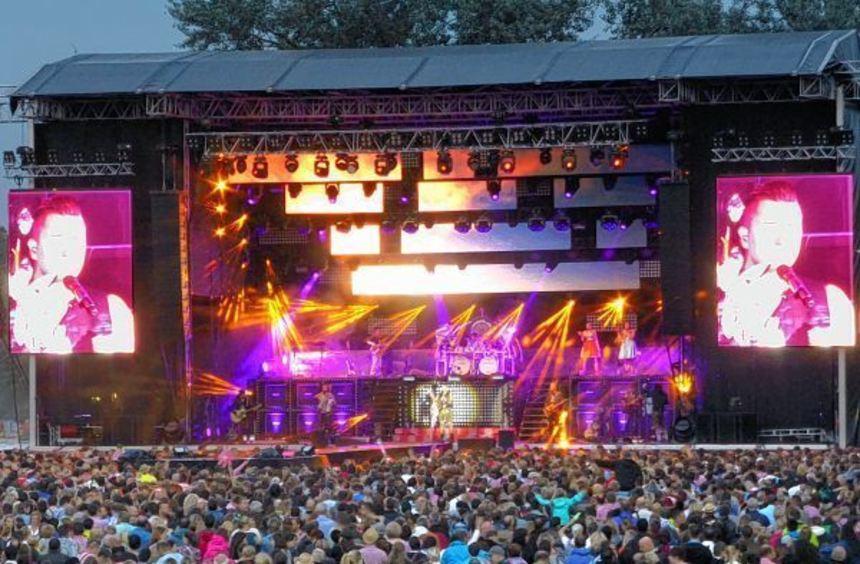 Rund 16 000 Besucher kamen zu Andreas Gabalier (großes Bild und oben) auf der Ladenburger ...